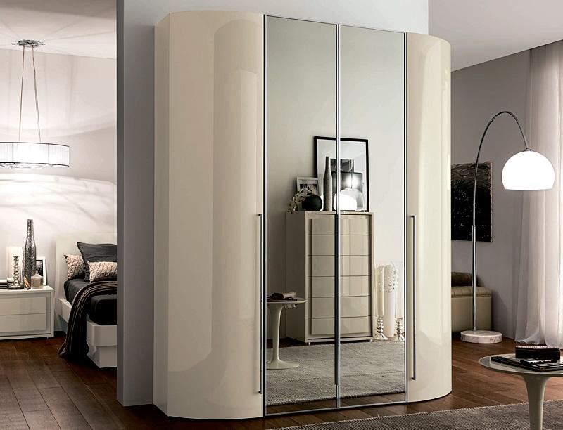 Фото шкафов с распашными дверями и закругленными боками.